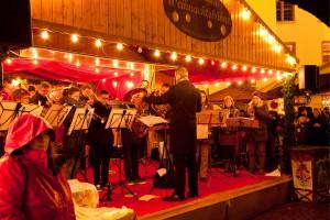 Die Weihnachtsmarktbühne am Darmstädter Marktplatz ist Schauplatz verschiedener Musikveranstaltungen. Foto: djd/Darmstadt Marketing/Rüdiger Dunker